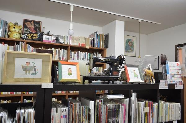本棚の上には雑貨も並ぶ