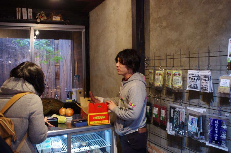 匂いに反応したお客さんに焼き芋の営業